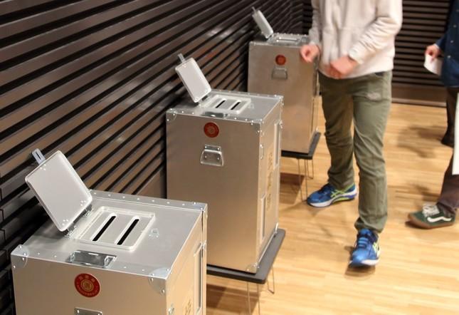画像は、4月に都内で行われた18歳選挙権啓発イベントでの模擬投票の様子