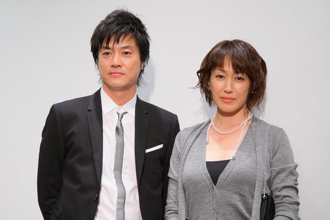 モノトーンの服で揃える高知東生と妻
