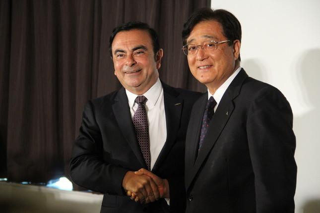 三菱自動車の益子修会長(写真右)と日産のカルロス・ゴーン社長(左)