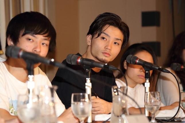 奥田さんも喜びの声上げる(2015年4月撮影)