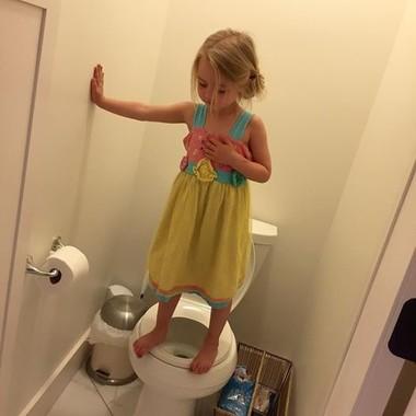 ステイシーさんのフェイスブックにアップされたトイレに立つ女の子の写真。(Facebook@Stacey Wehrman Feeley)