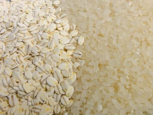 押し麦(左)と白米