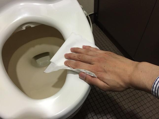 トイレットペーパーに吹き付けて使うタイプもある