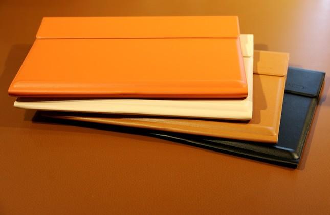 上質な質感のキーボードはブラック、ブラウン、オレンジ、ベージュの4色展開