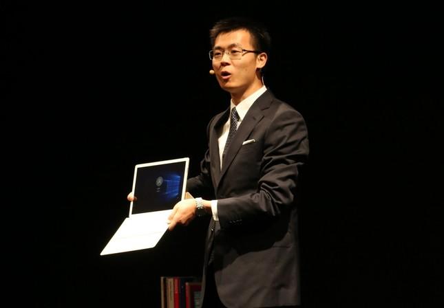 「HUAWEI MateBook」を紹介するコリン・コン本部長