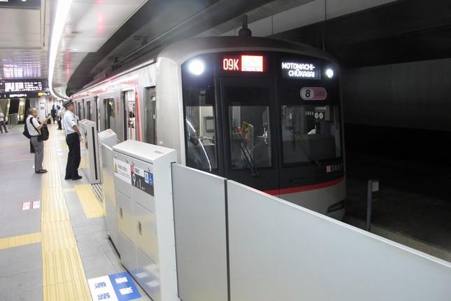 東急東横線の渋谷駅を横浜方面に出発する電車。「序曲」は9月12日の終電まで流れる