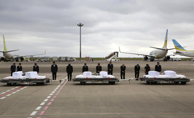 2016年7月5日に帰国した犠牲者の棺(写真:AP/アフロ)
