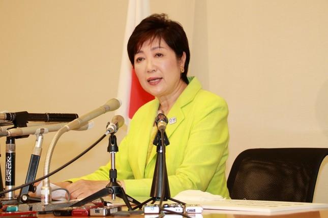 記者会見で正式に都知事選出馬を表明する小池百合子氏。新たな政治資金問題が浮上した