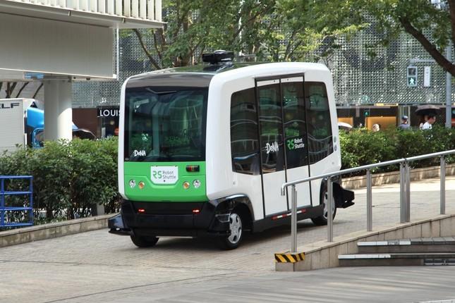 報道陣にお披露目された無人運転バス「EZ10」。事前に決められたルートを走る