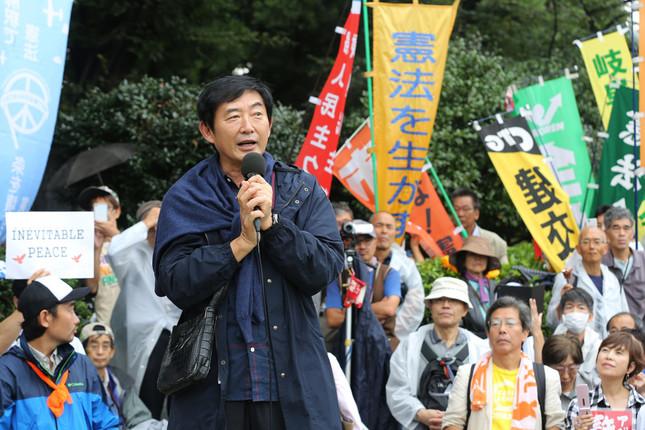 石田純一さんは2015年9月に国会前で行われたデモで安保法案反対を訴えていた(写真:Yuriko Nakao/アフロ)