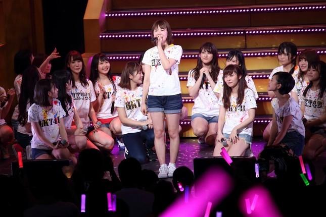 この日は穴井千尋さん(中央)のラストステージでもあった。多くのメンバーが涙ながらに別れを惜しんでいた