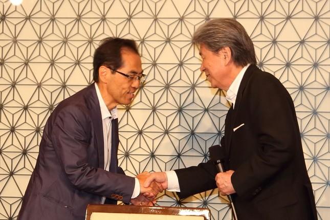 鳥越俊太郎氏(右)の会見に古賀茂明氏(左)が突然登場し、報道陣を驚かせた