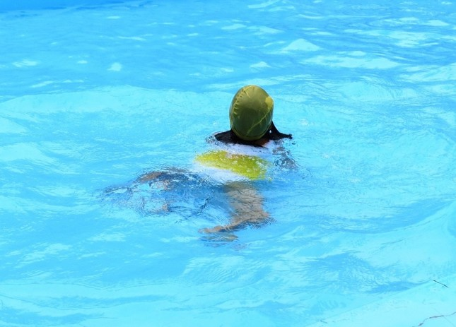オムツ着用してプールに入るのは「マナー違反」なのか(画像はイメージ)