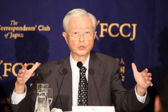 記者会見する「日本会議」田久保忠衛会長