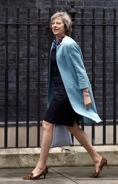 鮮やかなブルーのコートもさらっと着こなすメイ首相(写真:ロイター/アフロ)