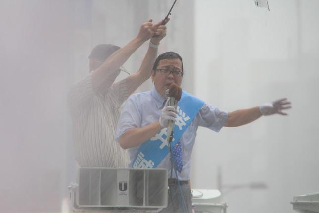 桜井氏は豪雨の中演説を続けた