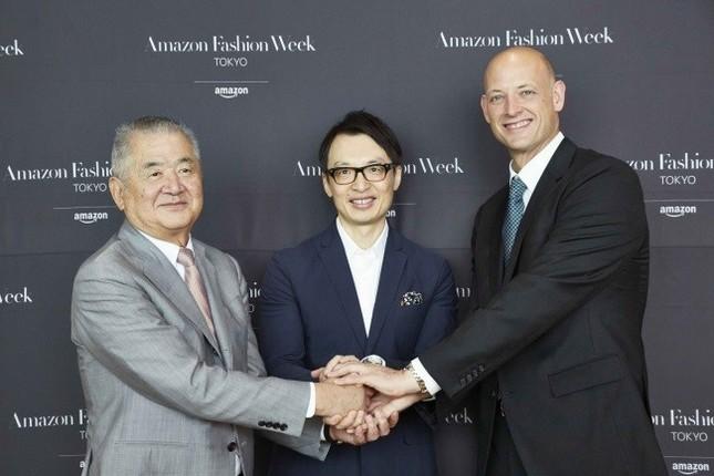 アマゾンが「東京ファッション・ウィーク」の冠スポンサーに!(写真左から、日本ファッション・ウィーク推進機構の三宅正彦理事長、アマゾン ジャパンのジャスパー・チャン社長、同社バイスプレジデントのジェームズ・ピータース氏)