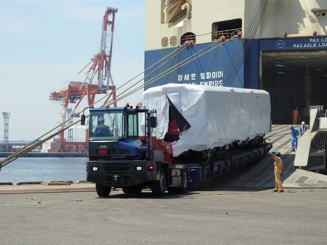 大黒埠頭に到着した500形車両。2か月かけて船で運ばれてきた(写真提供:東京メトロ)