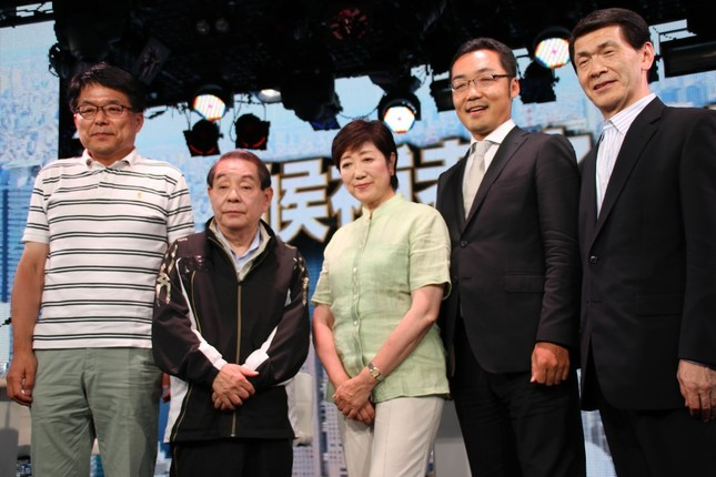 討論会には出席者5人が出演した。左から元総務相の増田寛也氏(64)、元労相の山口敏夫氏(75)、元防衛相の小池百合子氏(64)、元ジャーナリストの上杉隆氏(48)、元兵庫県加西市長の中川暢三氏(60)