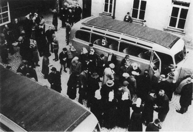 「灰色のバス」で殺害場所に運ばれる障害者ら