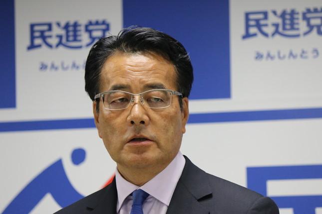 会見で退任を発表した岡田克也氏