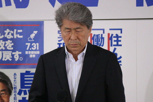 選挙事務所で肩を落とす鳥越氏(写真は2016年7月31日撮影)