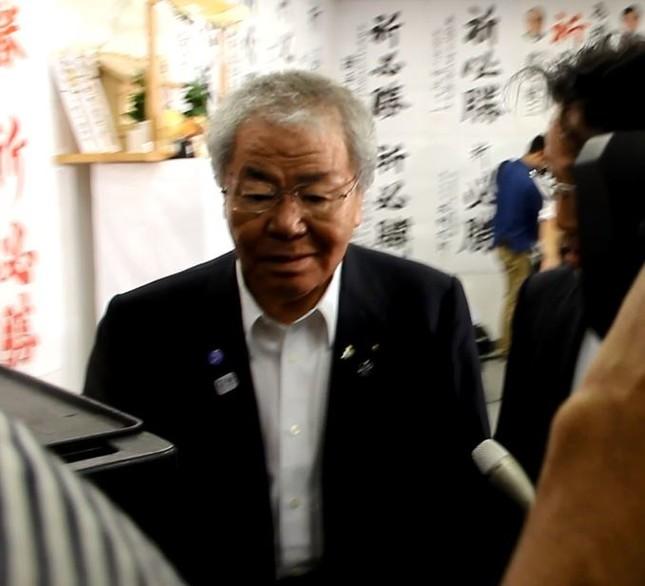 自民党東京都連の内田茂幹事長は、もみくちゃになりながら増田氏の選挙事務所を後にした