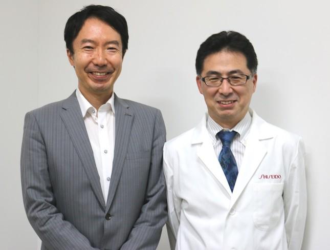 サプリメントの開発に携わった宮内雅彦氏(左)と、コンニャクセラミドの研究を続ける内山太郎氏