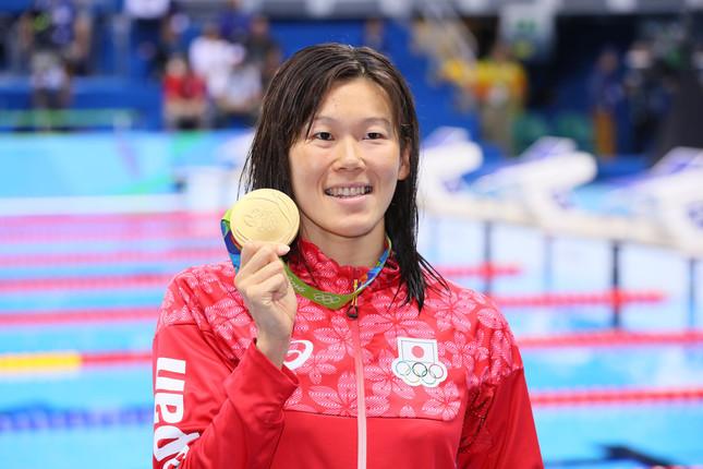 金メダルを片手に笑顔を見せる金藤選手(写真:長田洋平/アフロスポーツ)