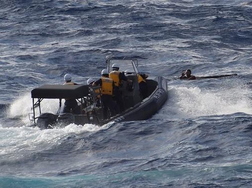 中国漁船の乗員6人が救助された(海上保安庁提供)