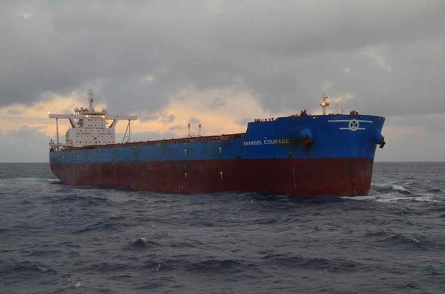 中国漁船と超突したギリシャ船籍の貨物船「アナンゲル・カレッジ」(海上保安庁提供)