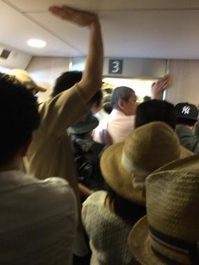 天井に手を着く人も(高島市長のフェイスブック投稿から)