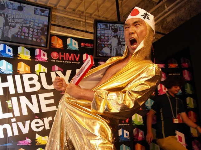 北京五輪と同じ「金色タイツ」を着た江頭さん(2008年8月撮影)