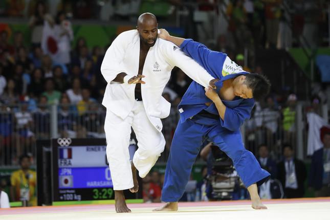 柔道男子100キロ超級で決勝を戦った原沢久喜(右)とテディ・リネール(写真:AP/アフロ)