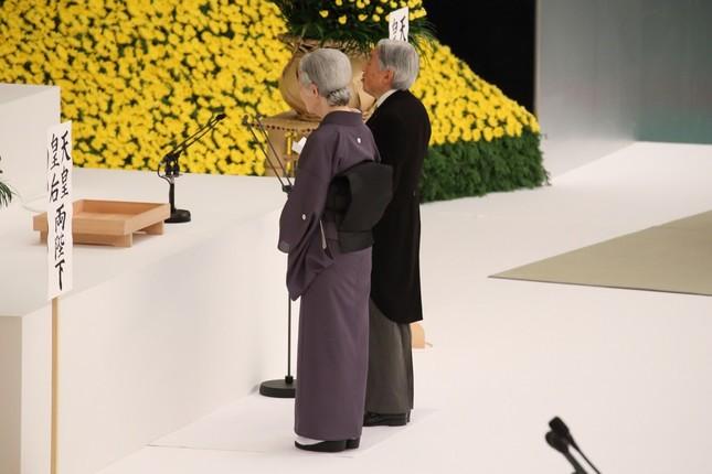 全国戦没者追悼式で「お言葉」を述べる天皇陛下(写真奥)