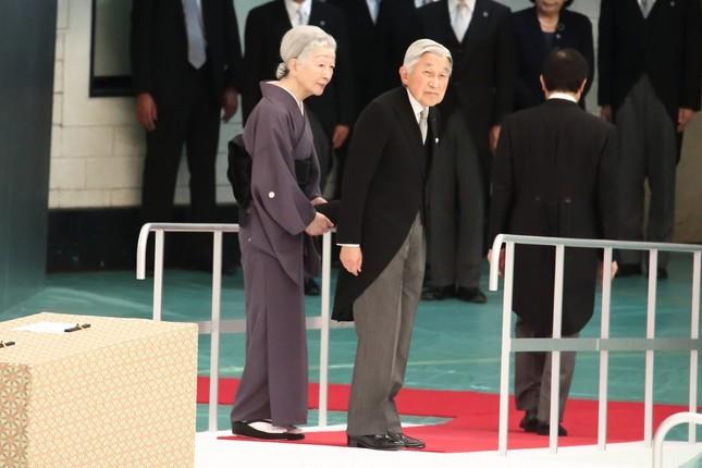 「天皇陛下万歳!」の声に応えて参列者席を振り返る天皇皇后両陛下