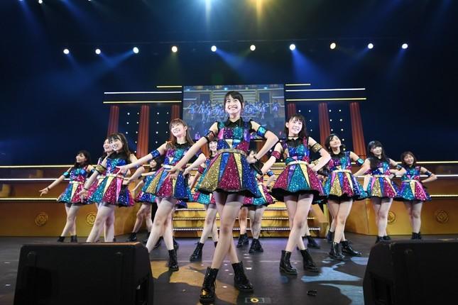 新曲「最高かよ」も初披露。センターには松岡はなさんが抜擢された (c)AKS
