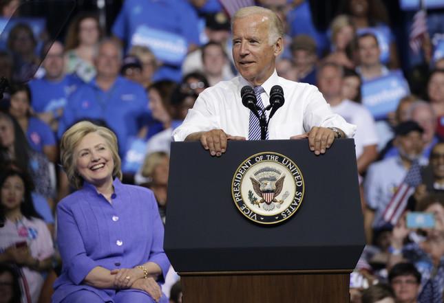 バイデン副大統領の演説を、クリントン氏は笑顔でうなずきながら聞いていた(写真:UPI/アフロ)