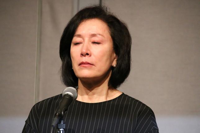 会見で涙を見せる高畑淳子さん(2016年8月26日撮影)