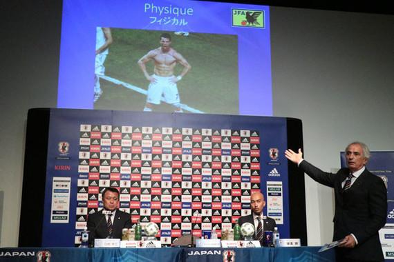 C.ロナウド選手の肉体を例に挙げ、体脂肪率の重要性を力説するハリルホジッチ監督