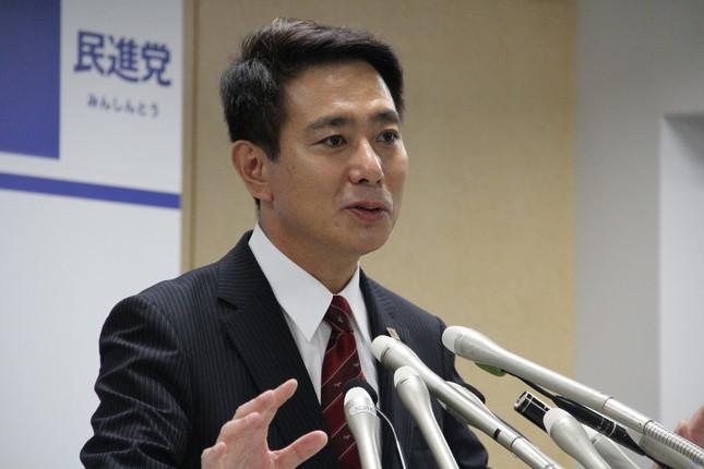 記者会見に臨む前原誠司氏(2016年8月26日撮影)