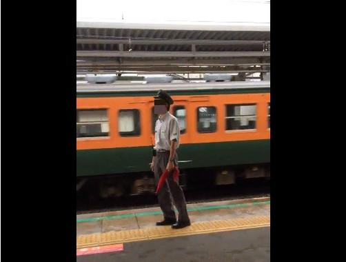 駅員「絶叫」のワケは(画像は当該動画のスクリーンショット。編集部で一部加工)