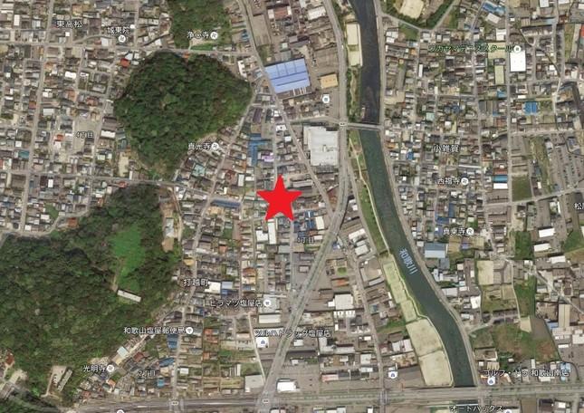 溝畑容疑者は和歌山市内の★印付近のアパートに立てこもっている (C)Google