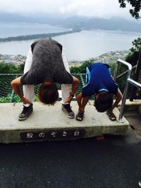 天橋立で「股のぞき」を楽しむ子ども