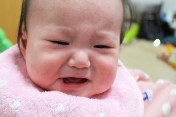 赤ちゃんは泣きながらも相手を観察