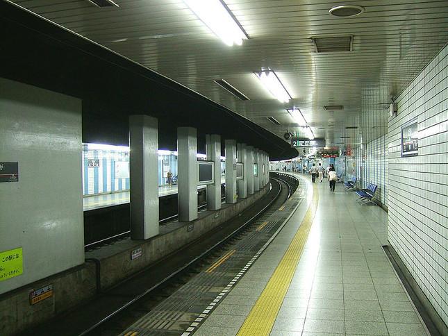 用賀駅の手前で「信じられないトラブル」(Wikimediaより)