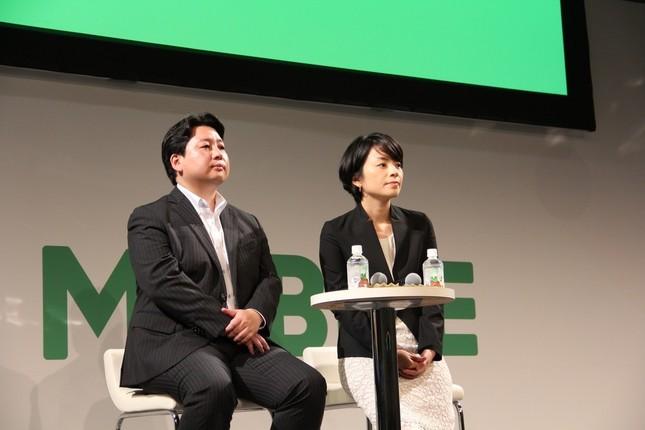 LINEが「格安スマホ」に参入!(写真は「LINEモバイル」発表会。左がLINEの舛田淳取締役CSMO、右がLINEモバイルの嘉戸彩乃社長)