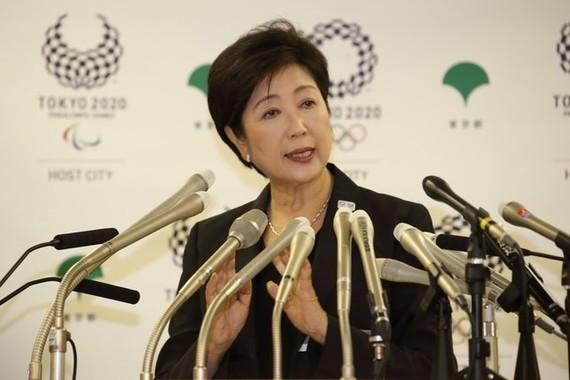 小池百合子都知事は2896万円の年収を「スパンと減額。半分」にすると説明している(8月31日撮影)