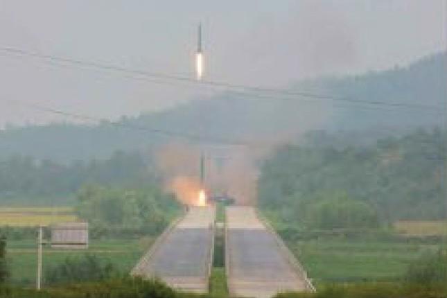 弾道ミサイルは移動式の発射台から打ち上げられた(労働新聞ウェブサイトから)