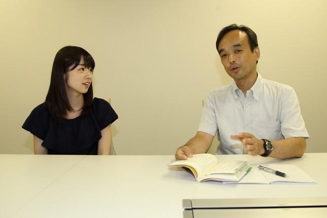 千葉大学教育学部教授の藤川大祐さん(右)とAKB48の岩立沙穂さん(左)がスマホの問題について話し合った